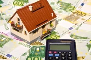 Mit einem Baukredit Rechner Geld sparen (Foto: Thorben Wenger / Pixelio)